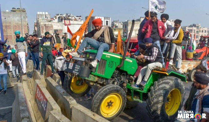 Protesting farmers storm Delhi Red Fort